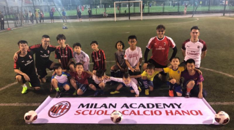 Các em thuộc Học viện Bóng đá AC Milan Hà Nội tham gia buổi học trên sân