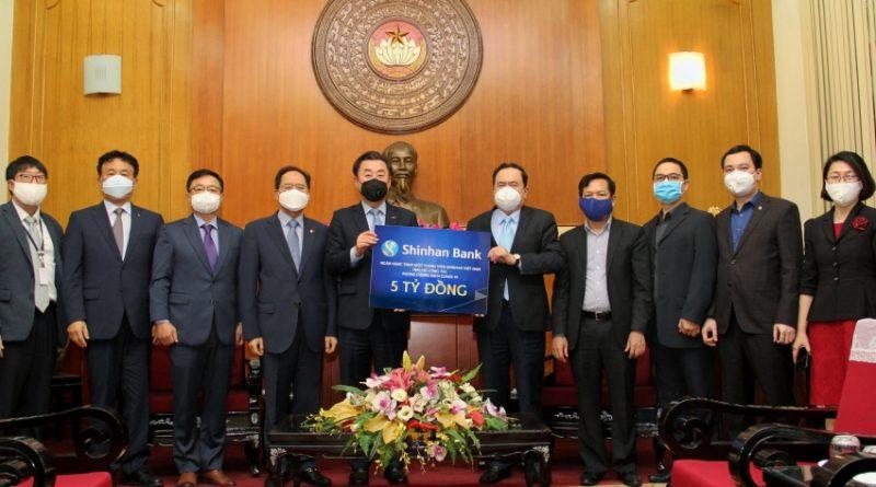 Ngân hàng Shinhan đồng hành cùng Ủy ban Trung ương Mặt trận Tổ quốc chống dịch Covid-19